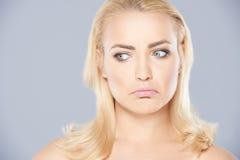 Durchdachte junge Gesicht verziehendes Frau Stockfoto