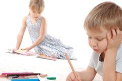 Durchdachte Kinder, die Messwert und Schreiben zeichnen Lizenzfreies Stockfoto
