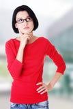 Durchdachte Kursteilnehmerfrau lizenzfreies stockbild