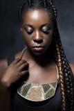 Durchdachte Mode Afrikanerin mit keramischer Halskette Lizenzfreies Stockfoto