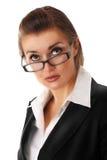 Durchdachte moderne Geschäftsfrau mit Glas Stockbild