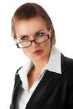 Durchdachte moderne Geschäftsfrau mit Glas Stockfotografie