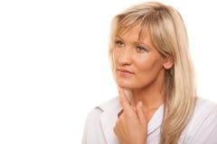 Durchdachte nachdenkliche reife Frau des Porträts lokalisiert Lizenzfreie Stockbilder
