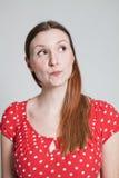 Durchdachte schauende attraktive Frau Stockfotos