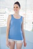 Durchdachte schlanke Frau bei der Sportkleidungsaufstellung Lizenzfreie Stockfotos