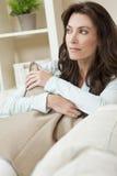 Durchdachte schöne Frau in ihren dreißiger Jahren Stockbilder