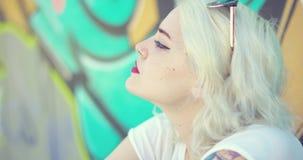 Durchdachte sexy junge blonde Frau stock footage
