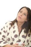 Durchdachte träumerische entspannte attraktive junge Frau, die eine Situation oder ein Problem betrachtet Lizenzfreie Stockbilder