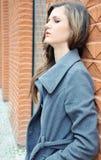 Durchdachte traurige junge Frau lizenzfreies stockfoto