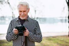 Durchdachter älterer Mann betreffend Fotos stockfotos