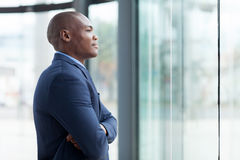 Durchdachter afrikanischer Geschäftsmann Stockbild