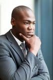 Durchdachter Afroamerikanergeschäftsmann Stockbild