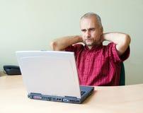 Durchdachter Büroangestellter lizenzfreie stockbilder