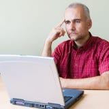 Durchdachter Büroangestellter lizenzfreies stockbild