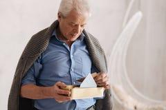 Durchdachter gealterter Mann, der an seine Vergangenheit sich erinnert lizenzfreie stockfotografie