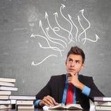 Durchdachter Geschäftsmann, der ein Buch liest Lizenzfreies Stockbild