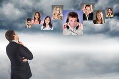 Durchdachter Geschäftsmann, der verschiedene Kandidaten im Himmel betrachtet Stockbild