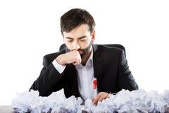 Durchdachter Geschäftsmann im Büro Stockfoto