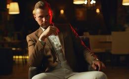 Durchdachter hübscher Geschäftsmann stockfoto