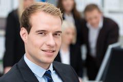 Durchdachter hübscher Unternehmensleiter Lizenzfreie Stockfotos