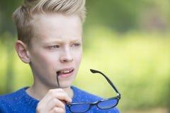 Durchdachter intelligenter schauender Teenager Stockfoto