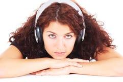 Durchdachter Jugendlicher mit Kopfhörern Stockbilder