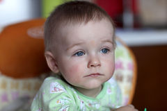 Durchdachter Junge Stockfoto