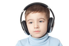 Durchdachter Junge in den Kopfhörern stockfotografie