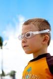 Durchdachter Junge, der in Abstand anstarrt lizenzfreie stockbilder