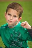 Durchdachter Junge mit blauen Augen Stockfotos