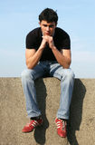 Durchdachter junger Mann stockfoto