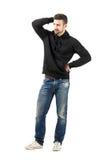 Durchdachter junger Mann, der weg Abstand betrachtet Stockbilder