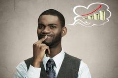 Durchdachter leitender Angestellte des Geschäftsmannes, der denkt, wie Geld verdienen Sie lizenzfreie stockfotos