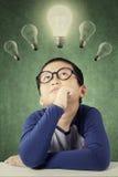Durchdachter männlicher Student unter Glühlampe Lizenzfreie Stockfotografie