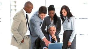 Durchdachter Manager, der auf seine Angestellten hört Stockfotos