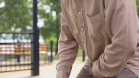 Durchdachter Mann im Ruhestand, der auf Bank mit den Händen auf Kinn, Entscheidung, Probleme sitzt stock video footage