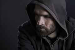 Durchdachter Mann mit der Haube, die traurig schaut Stockfotos