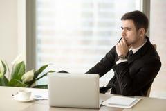 Durchdachter nachdenklicher Geschäftsmann tief in den Gedanken, die weg betrachten lizenzfreie stockfotos