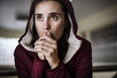 Durchdachter Obdachloser, welche Kälte im Winter glaubt Stockfoto