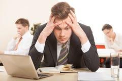 Durchdachter oder stressiger Geschäftsmann bei der Arbeit Lizenzfreie Stockfotografie