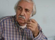 Durchdachter Pensionär-Raucher Stockbilder
