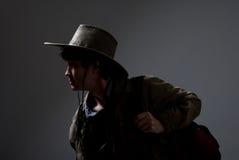 Durchdachter Reisender in einem Hut, der zur Seite schaut Lizenzfreies Stockbild