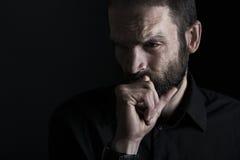 Durchdachter schauender ernst und die Stirn runzelnder Mann Stockfotos