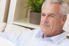 Durchdachter stattlicher älterer Mann zu Hause Lizenzfreies Stockfoto