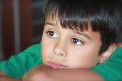Durchdachter stattlicher Junge Stockfotografie