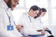 Durchdachter Therapeutikschreibensbericht in der Klinik Stockfotos