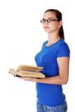 Durchdachter weiblicher Kursteilnehmer, der oben schaut lizenzfreie stockfotografie