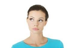 Durchdachter weiblicher Kursteilnehmer, der oben schaut stockfotos