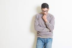 Durchdachter zufälliger indischer Mann Lizenzfreies Stockbild