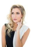 Durchdachtes attraktives blondes Modell, das weg schaut Lizenzfreie Stockfotografie